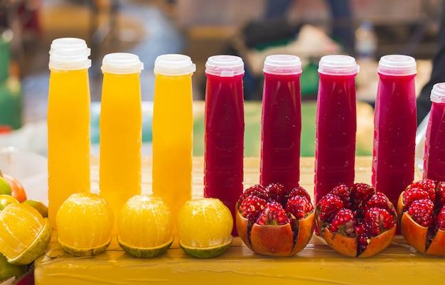 Jugo de naranja en botellas de plástico. bebidas saludables.