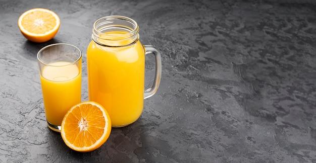 Jugo de naranja en frasco con espacio de copia