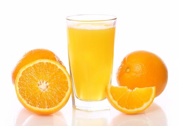 Jugo de naranja fresco y frío