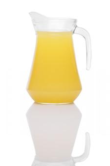 Jugo de naranja en una jarra con mango en la superficie del espejo aislado en blanco