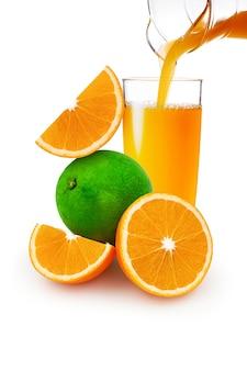 Jugo de naranja y limón dulce en el vaso sobre fondo blanco.