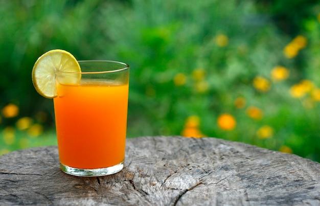 Jugo de naranja en la mesa