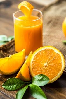 Jugo de naranja orgánico recién exprimido