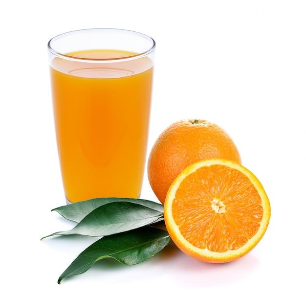 Jugo de naranja y rodajas de naranja aislados en blanco