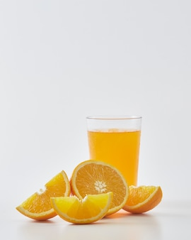 Jugo de naranja y rodajas de naranja