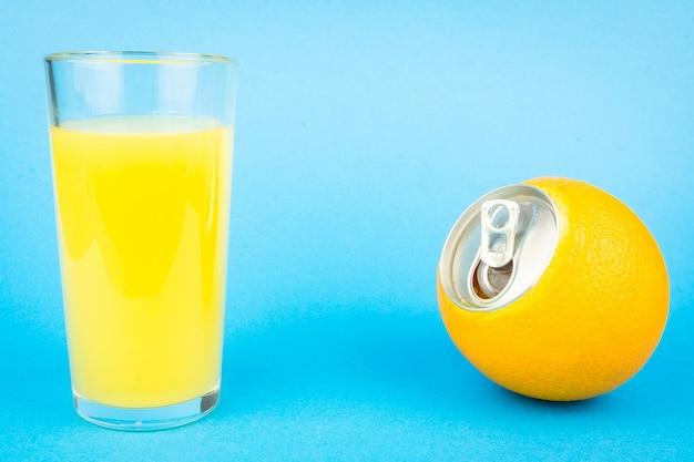 Jugo de naranja sobre fondo azul.