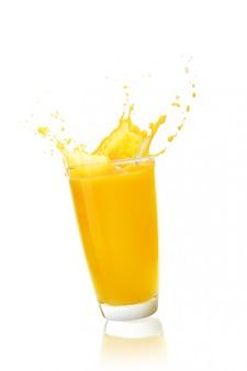 Jugo de naranja sobre fondo blanco.