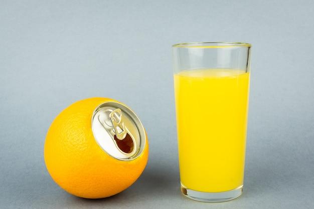 Jugo de naranja sobre fondo gris