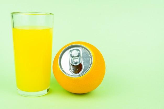 Jugo de naranja sobre fondo verde
