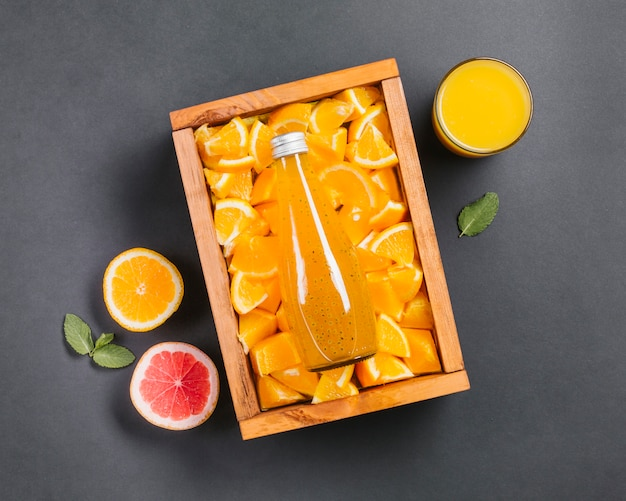 Jugo de naranja topview y rodajas de fruta