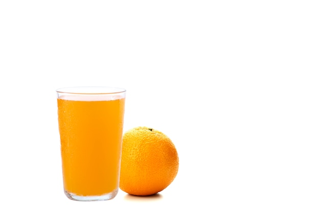 Jugo de naranja y trozo de naranja sobre blanco