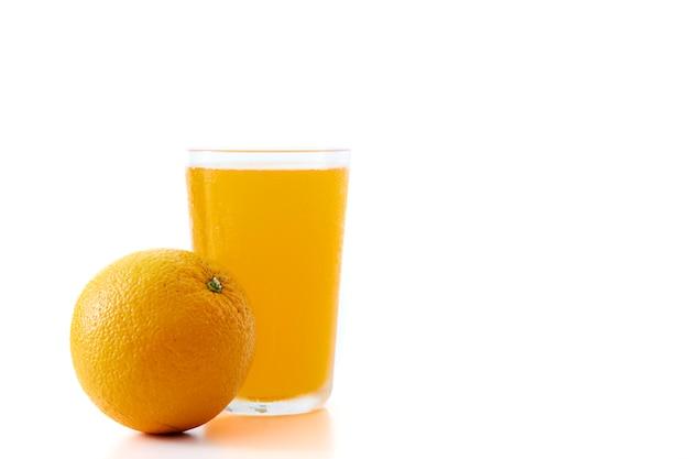 Jugo de naranja y trozos de naranja