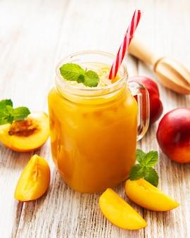 Jugo de nectarina con frutas frescas