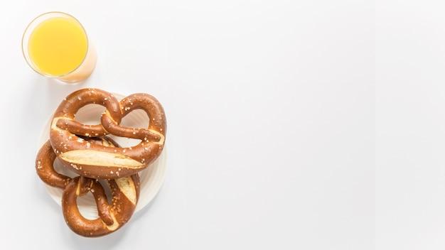 Jugo y pretzel con espacio de copia