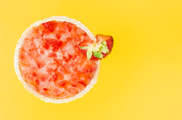 Jugo refrescante con fresas.