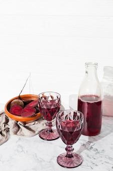 Jugo de remolacha en copas de vino