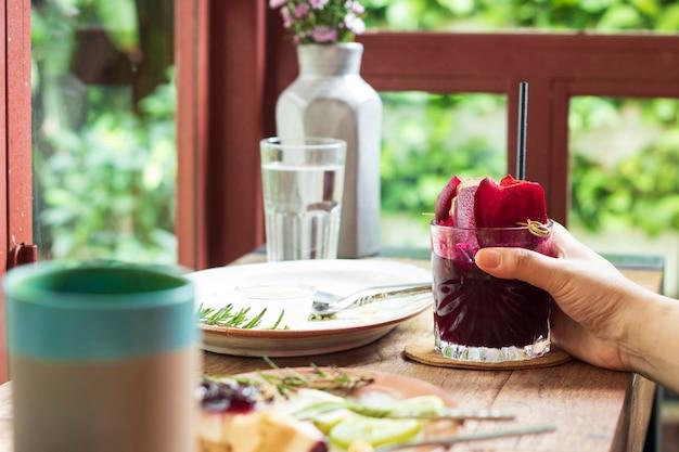 Jugo de remolacha saludable bebida a base de hierbas nutrición en un vaso