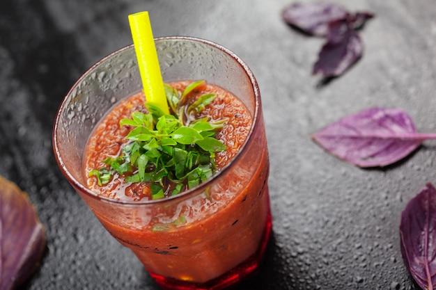 Jugo de tomate doméstico saludable