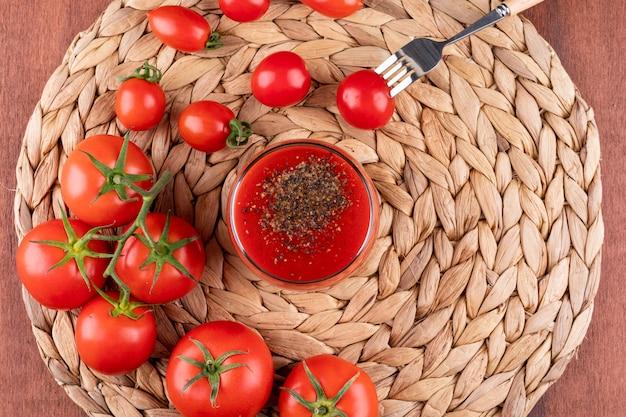 Jugo de tomate jugo de tomate casero con tomates, hierbas y especias