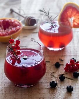 Jugo de toronja y frutas rojas