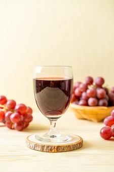 Jugo de uva fresca sobre fondo de madera