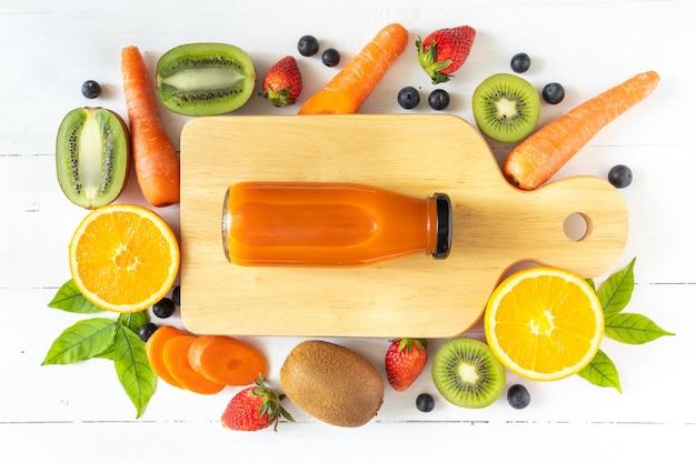 Jugo de zanahoria en una botella de vidrio