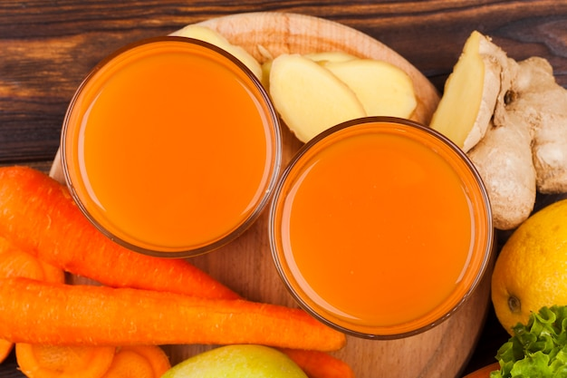 Jugo de zanahoria en vasos de vidrio
