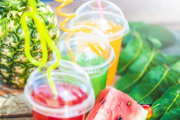 Jugos frescos y saludables, fruta, piña, sandía en el mar