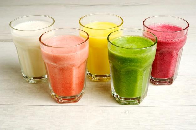 Jugos naturales elaborados con coloridas frutas frescas