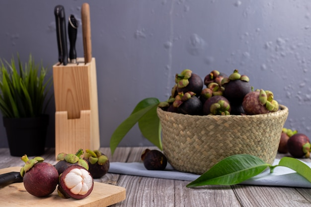 Jugosa fruta de mangostán en la mesa de la cocina, dulce fruta tropical.