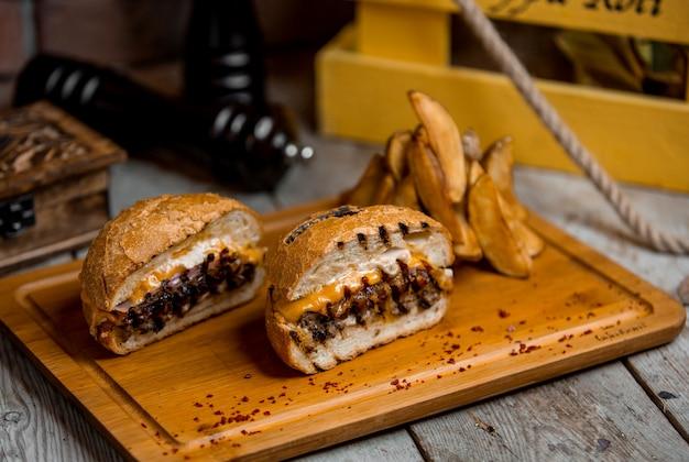 Jugosa hamburguesa con queso y papas caseras