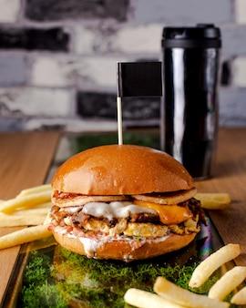 Jugosa hamburguesa con tocino y papas fritas