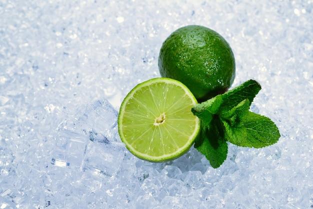Jugosa lima fresca y menta en cubitos de hielo