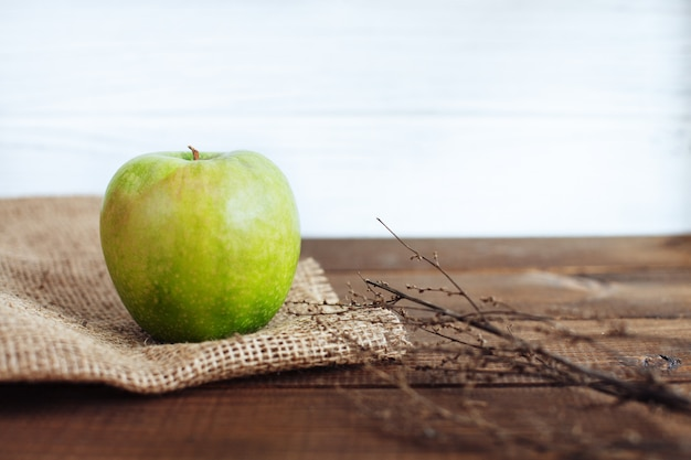 Jugosa manzana verde sobre la mesa.