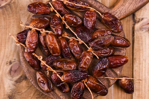 Jugosas fechas en una mesa de madera. frutos secos para una dieta saludable. copia espacio