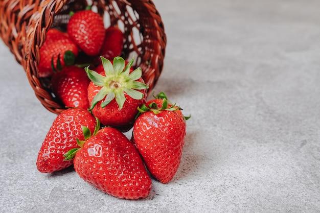 Jugosas fresas sobre un fondo de hormigón