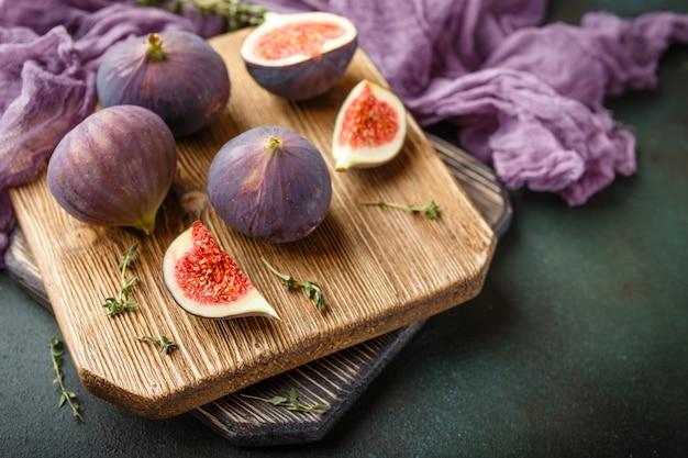 Jugosas frutas de higo sobre un fondo oscuro