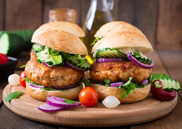 Jugosas hamburguesas de pollo picantes al estilo asiático - sandwich