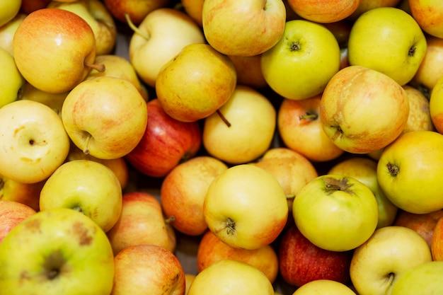 Jugosas manzanas en un mostrador de la tienda. vegetarianismo y dieta de alimentos crudos.