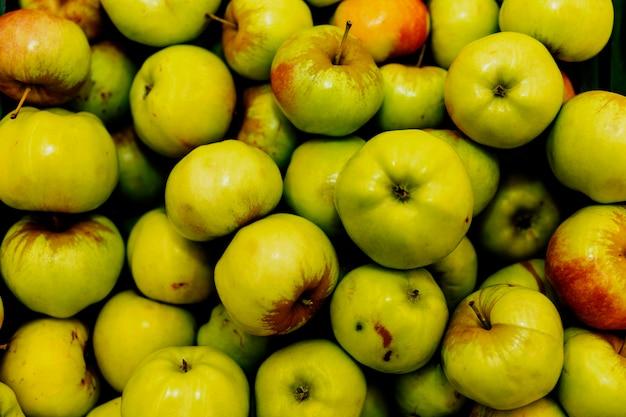 Jugosas manzanas verdes en un mostrador de la tienda. vegetarianismo y dieta de alimentos crudos.