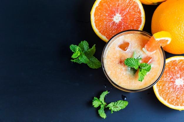 Jugosas naranjas con un zumo de naranja