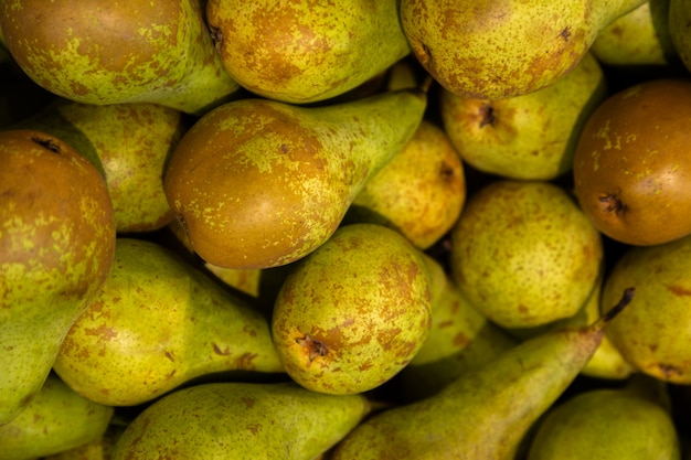 Jugosas peras maduras en primer plano de la pila. buena elección para batidos ingridient. fondo de frutas