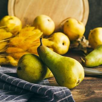 Jugosas peras verdes en mesa