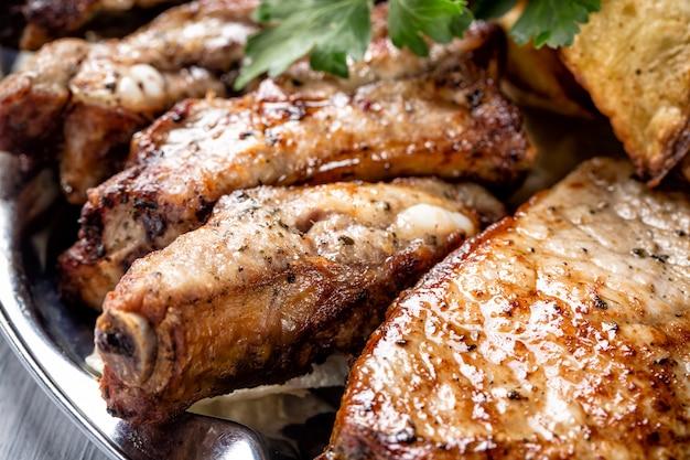Jugosas piezas de carne a la parrilla y hierbas de cerca