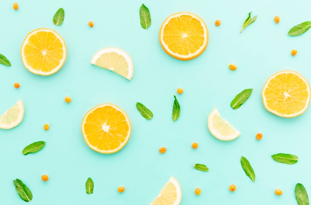 Jugosas rodajas de naranja limón mar espino cerval y hojas verdes