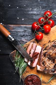 Jugoso bistec a la parrilla sobre una tabla de cortar, sabrosa carne a la parrilla, menú de restaurante, espacio libre para texto