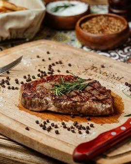 Jugoso bistec con romero y pimienta negra