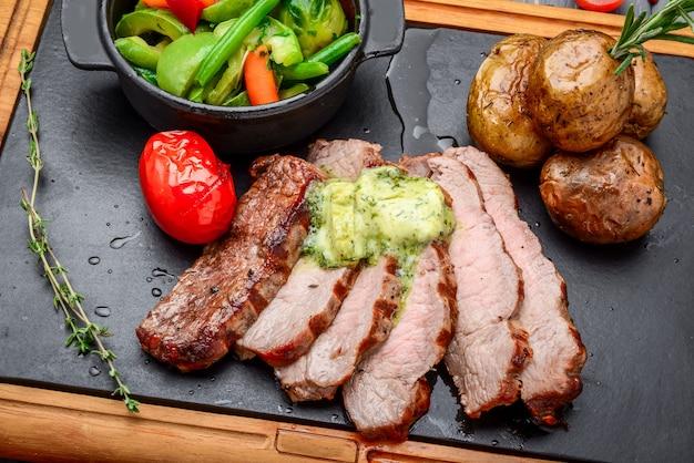 Jugoso filete de ternera medio raro con especias y verduras a la parrilla