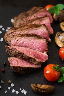 Jugoso filete de ternera medio raro con especias y verduras a la parrilla.