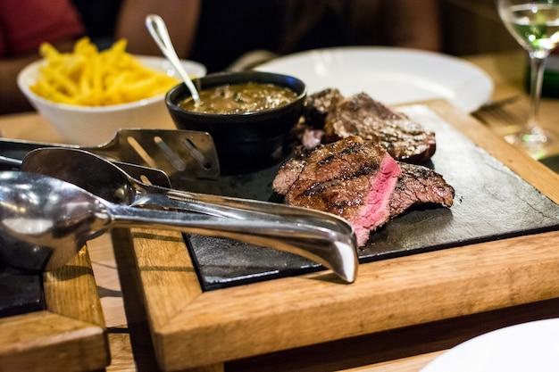 Jugoso y raro bistec hecho en un asador